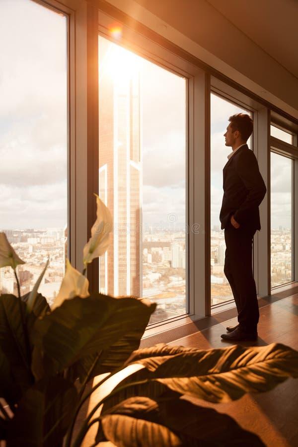 作梦成功的CEO,当看窗口时 免版税图库摄影