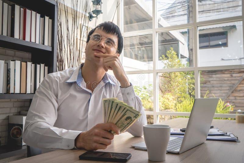 作梦更多金钱的商人在网上运作 库存照片
