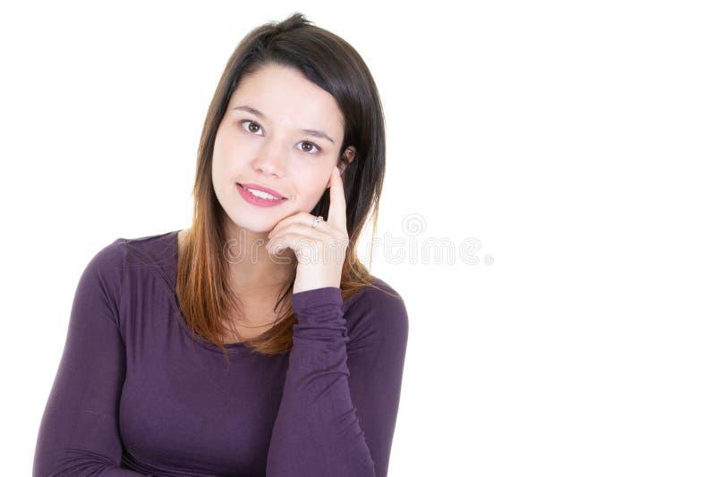 作梦美丽的梦想家的年轻女人认为和看与空白的拷贝空间的面孔 库存照片