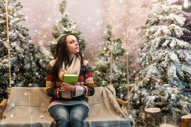 作梦逗人喜爱的女孩,当坐与毯子和h时的摇摆 库存图片
