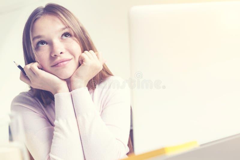 作白日梦的女孩特写镜头在晴天 库存图片