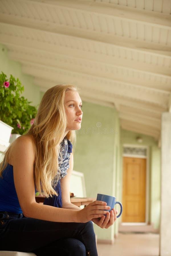 作白日梦的妇女侧视图  图库摄影