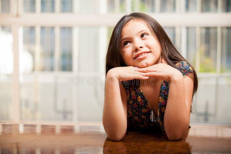 作白日梦美丽的小女孩 库存照片