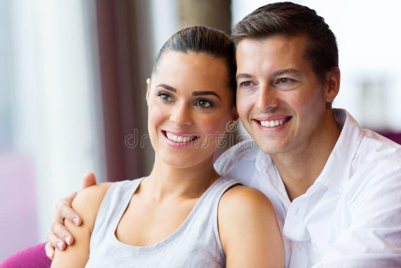 作白日梦年轻的夫妇 免版税库存图片