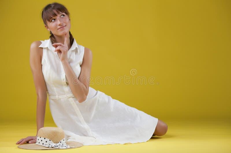 作白色服装妇女 免版税库存图片