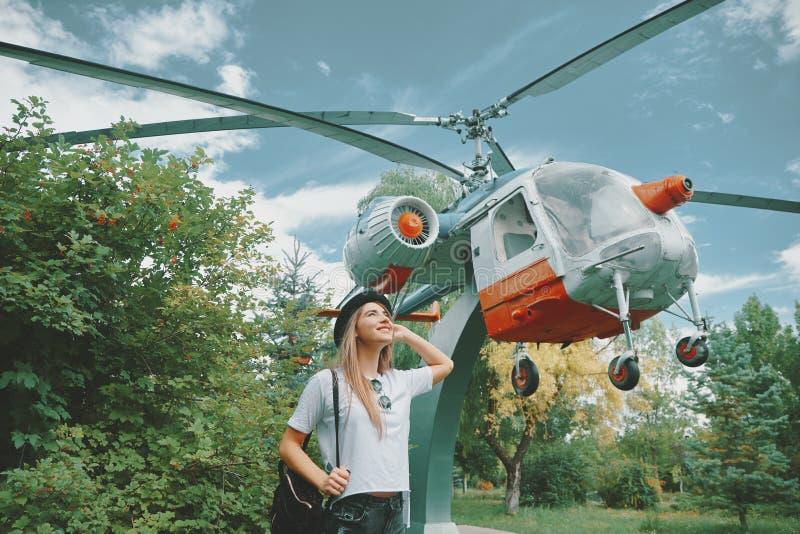 作看对与一小逗人喜爱的helicop的天空的女孩 免版税库存图片
