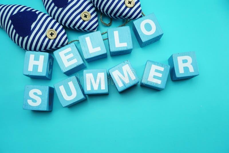 你好夏天字母表信件和五颜六色的海星装饰在蓝色背景 库存图片