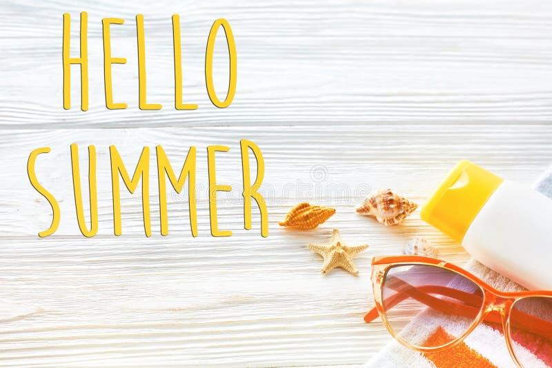 你好夏天文本,假期概念 五颜六色的毛巾,太阳镜, 免版税库存照片