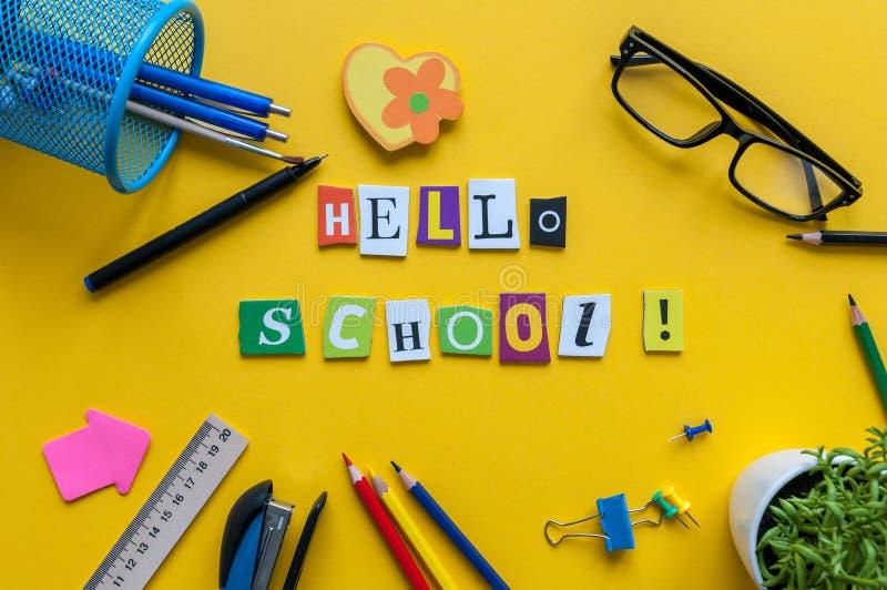 你好学校 学校的项目在一张黄色桌上 学生成套装备 回到概念学校 库存图片