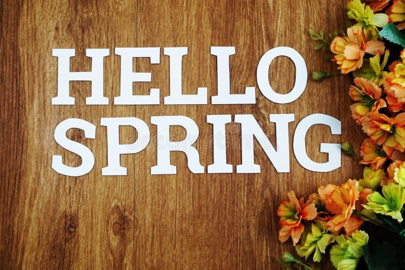 你好春天在木背景的字母表信件 免版税库存照片