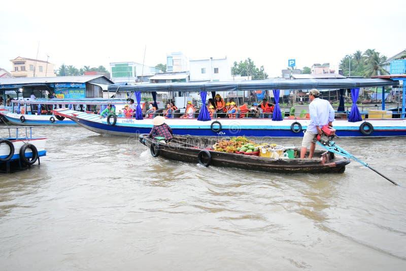 你好浮动市场 湄公河 越南 芹苴 果子河卖主 图库摄影