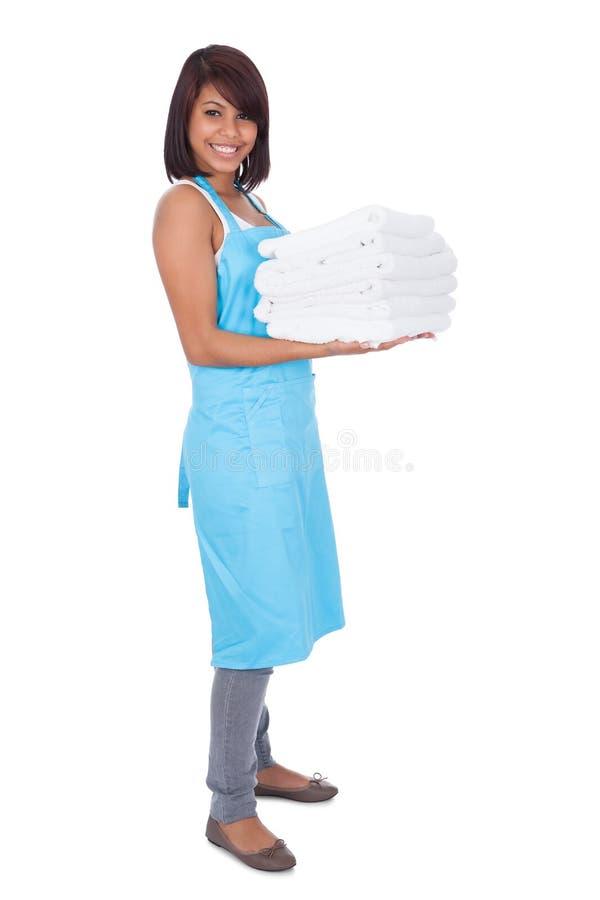 佣人微笑的毛巾妇女 免版税库存照片