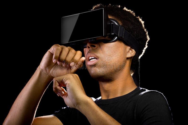 佩带一个虚拟现实耳机的人 免版税库存图片