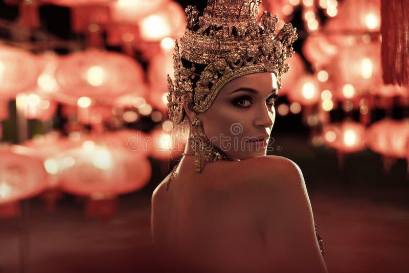 佩带一个金黄冠的俏丽的妇女 免版税库存照片