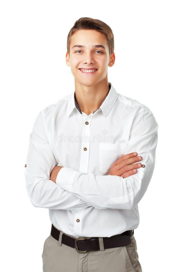 佩带一白色衬衣standi的愉快的微笑的年轻人画象  免版税库存照片