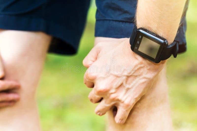 佩带一聪明手表休息的公赛跑者 图库摄影