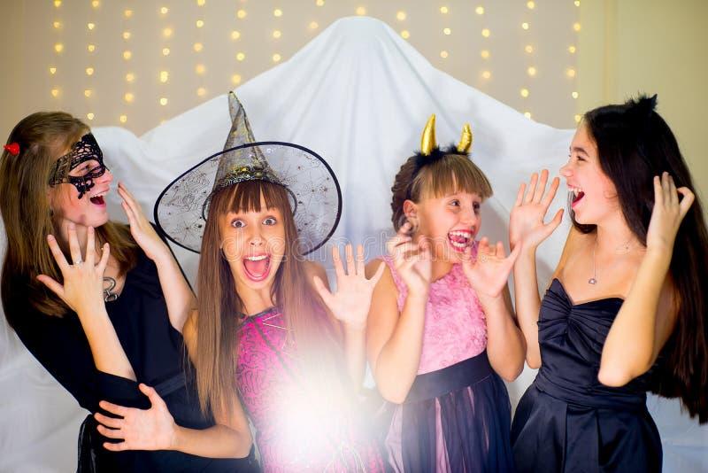 佩带万圣夜的小组少年打扮对鬼魂的恐惧 免版税库存照片