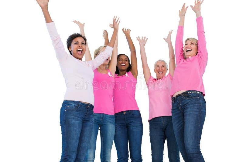 佩带乳腺癌丝带的欢呼的妇女 免版税库存图片