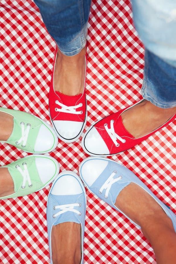 佩带五颜六色的运动鞋的女孩 免版税库存图片
