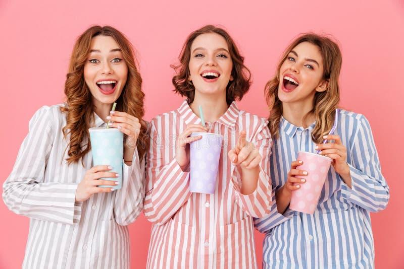 佩带五颜六色的镶边睡衣的三个美丽的女孩20s 图库摄影
