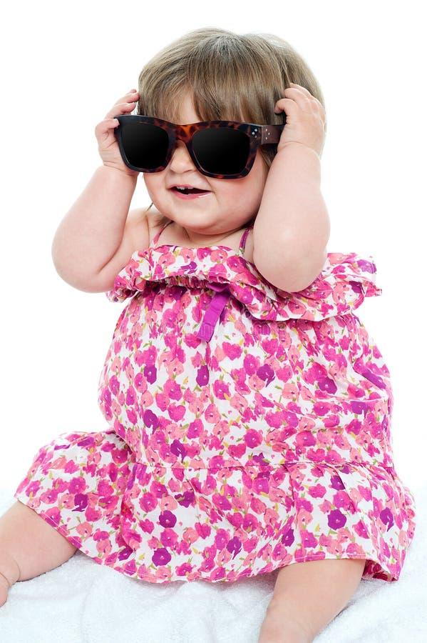 佩带优等的树荫的逗人喜爱的矮小的小孩 免版税库存图片