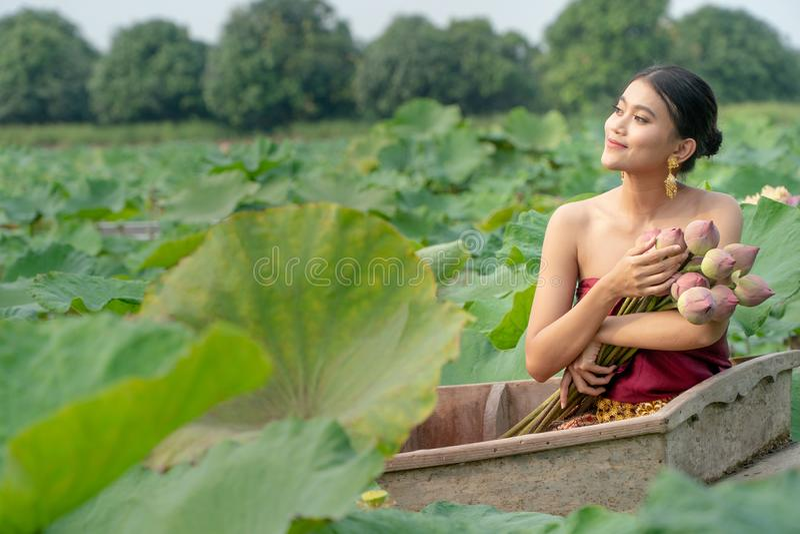 佩带传统泰国礼服和坐的美丽的亚洲妇女 免版税库存图片