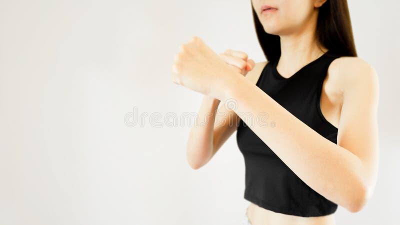 佩带体育胸罩、体育&健康生活方式概念的妇女 年轻亚裔女性画象有战斗的站立的在灰色Backg 图库摄影