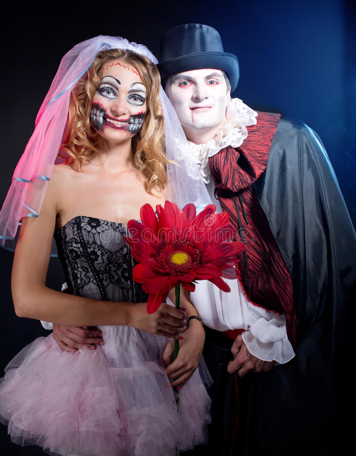 佩带作为吸血鬼和巫婆的男人和妇女。万圣夜 免版税库存图片