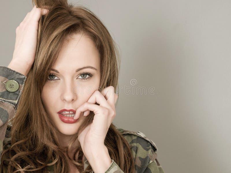 佩带军队的妇女的性感的画象或军事伪装 免版税库存图片