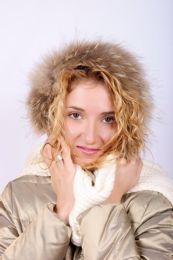 佩带冬天妇女年轻人的白肤金发的衣&# 图库摄影