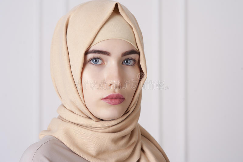 佩带在她的头的一名美丽的年轻回教妇女的画象一hijab 免版税库存图片