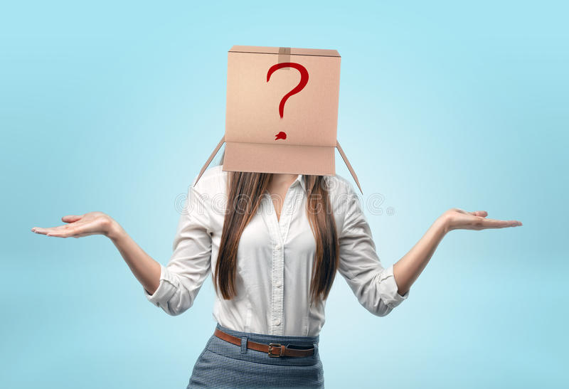 佩带在她的头的女实业家纸盒箱子有拉长的红色问号的 免版税库存图片