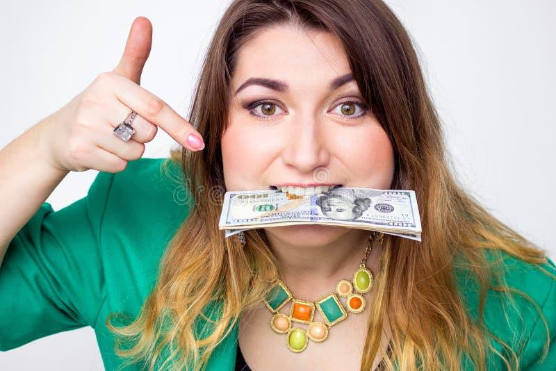 佩带在有金钱的高尔夫球外套的愉快的微笑的女实业家 特写镜头画象超级愉快的激动的成功的年轻事务wo 库存照片