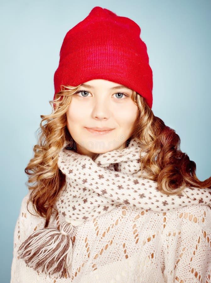 佩带在温暖的帽子的女孩。 免版税库存照片