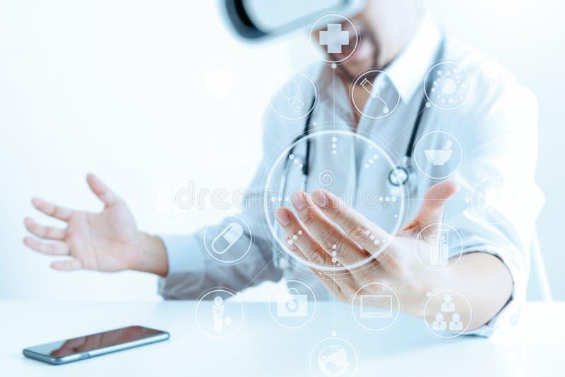 佩带在现代办公室wi的聪明的医生虚拟现实风镜 免版税库存图片