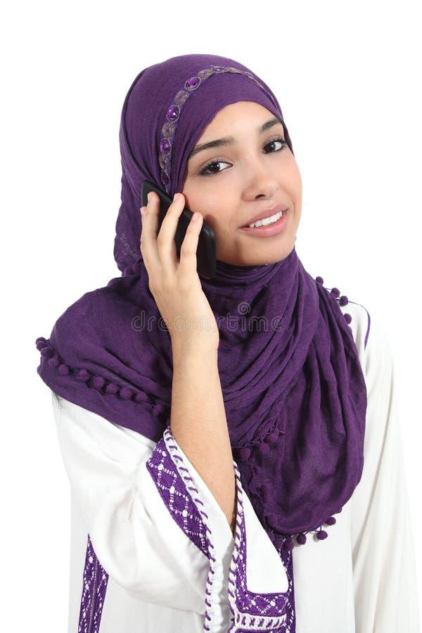 佩带在电话的美丽的阿拉伯妇女一hijab 免版税库存图片
