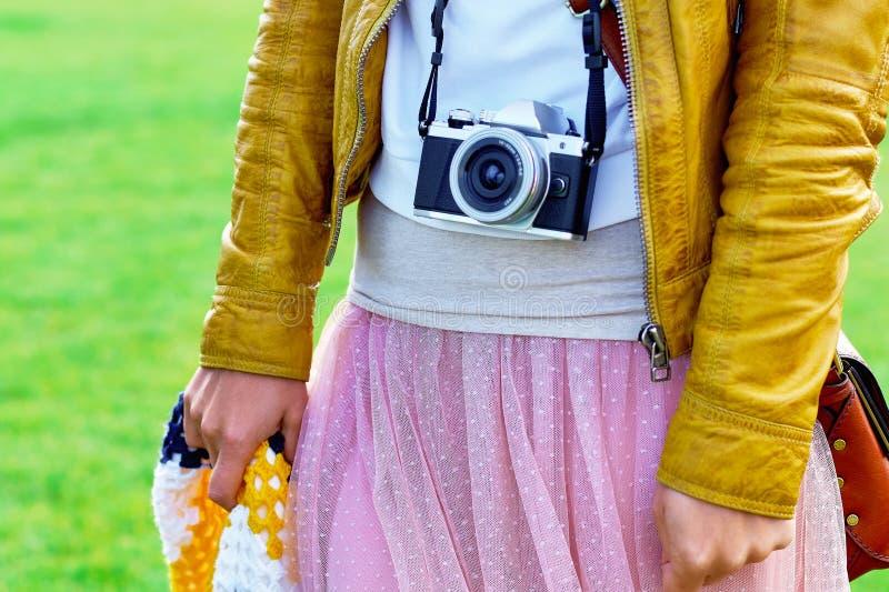 佩带在脖子皮带的女孩一台老照相机 免版税图库摄影