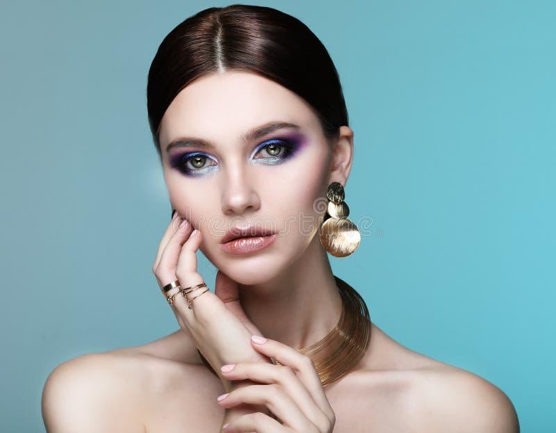 佩带在颜色光的美好的时装模特儿典雅的首饰 图库摄影