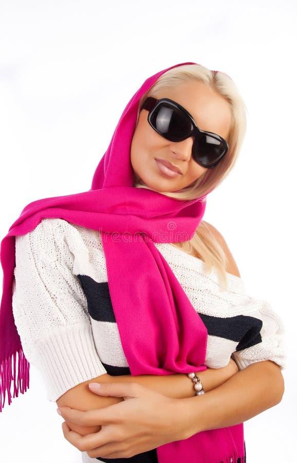 佩带妇女年轻人的微笑的太阳镜 库存照片
