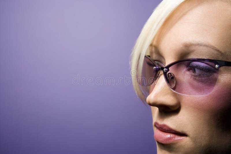 佩带妇女年轻人的白种人太阳镜 库存图片