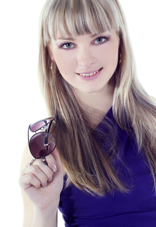 佩带妇女年轻人的美丽的sunglas 库存照片