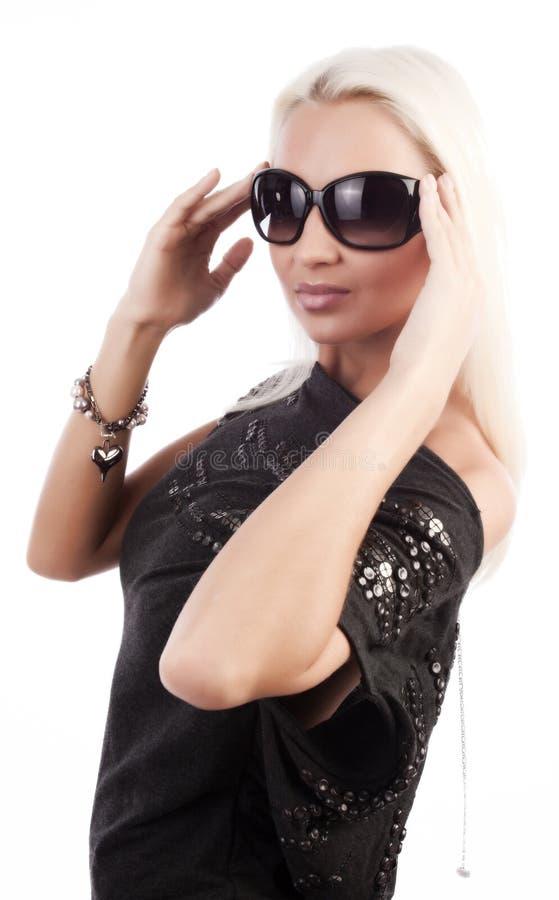 佩带妇女年轻人的glam太阳镜 免版税库存图片