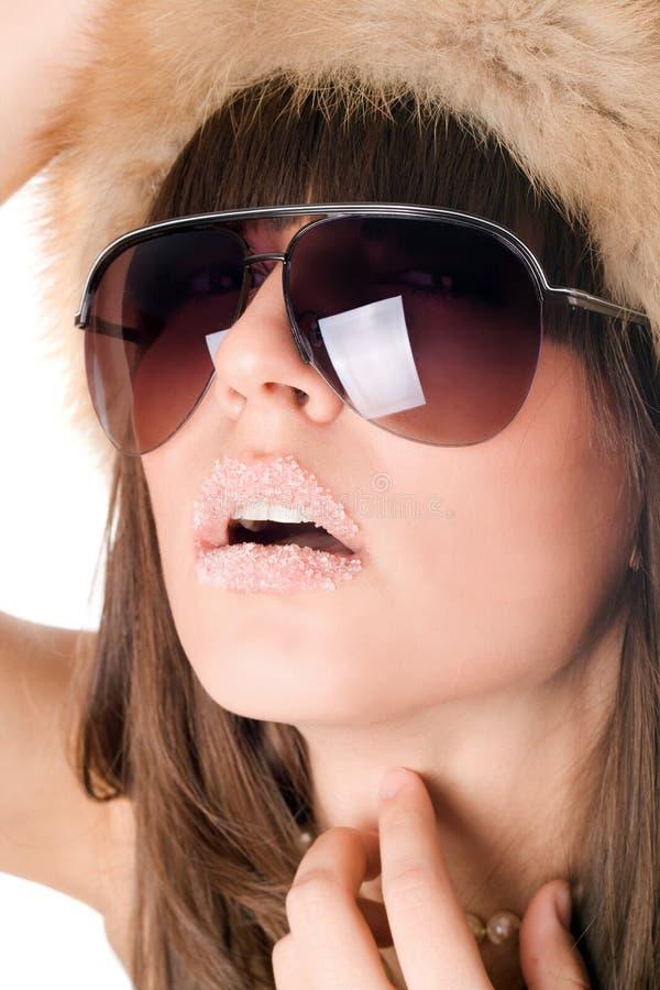 佩带妇女的嘴唇性感的糖太阳镜 免版税库存照片