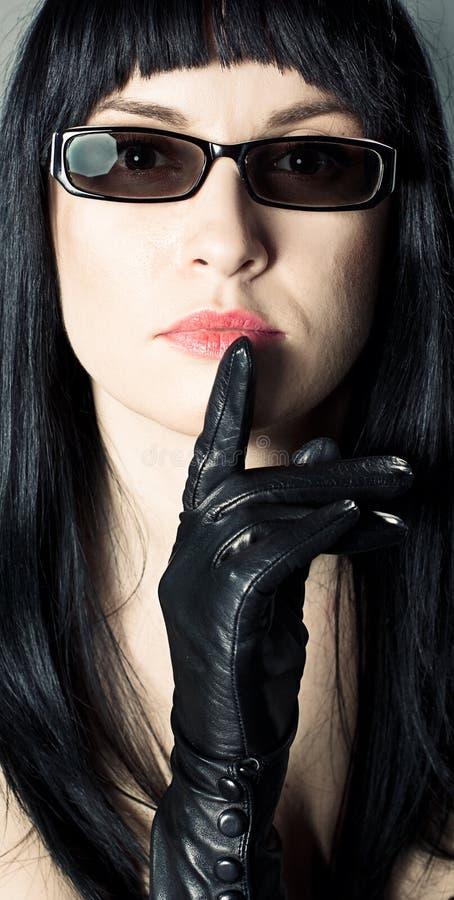 佩带妇女的方式太阳镜 免版税库存照片