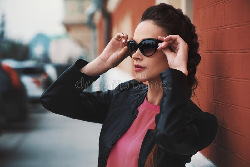 佩带妇女的美丽的太阳镜 库存图片
