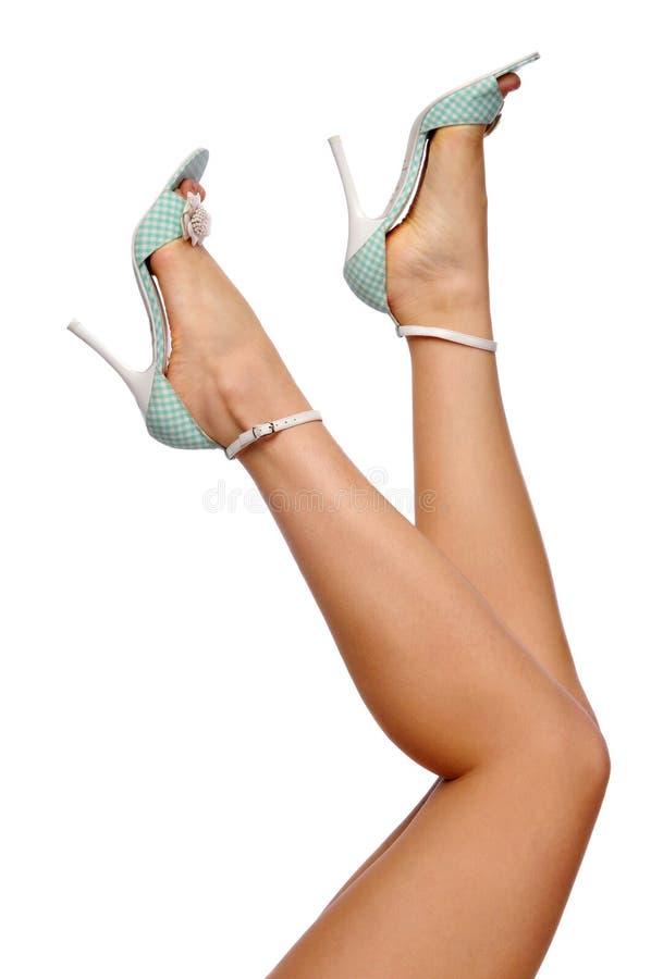 佩带妇女的脚跟高行程 免版税库存照片