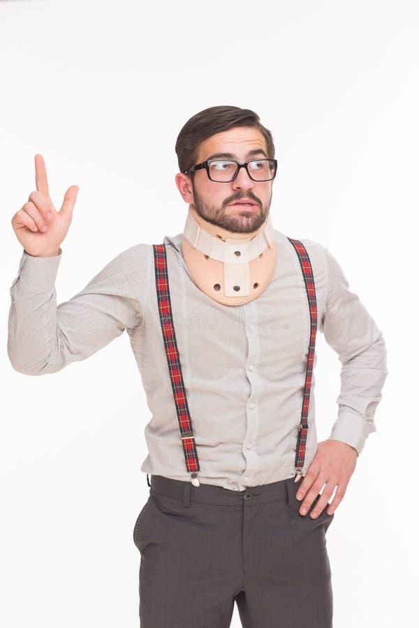 佩带子宫颈衣领的年轻人 免版税图库摄影