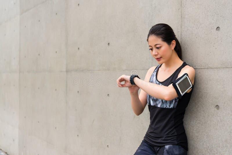 佩带巧妙的手表的专业女运动员 免版税库存照片