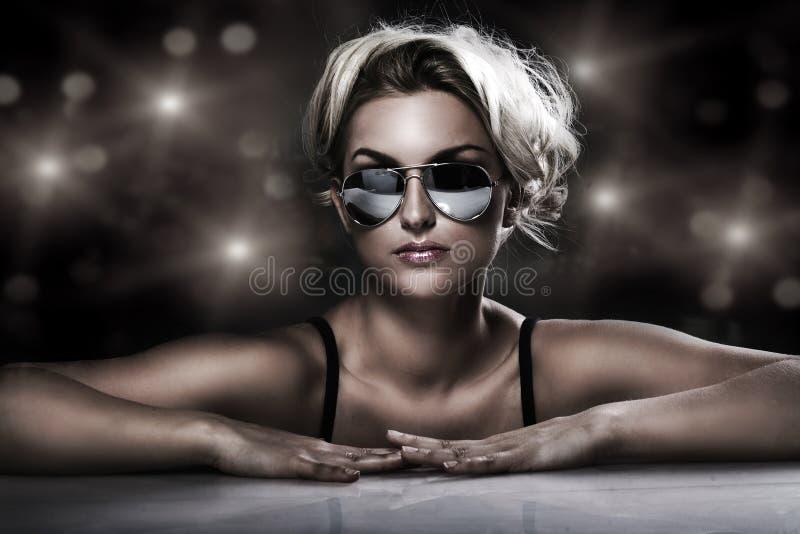 佩带年轻人的白肤金发的时髦的太阳&# 免版税库存图片