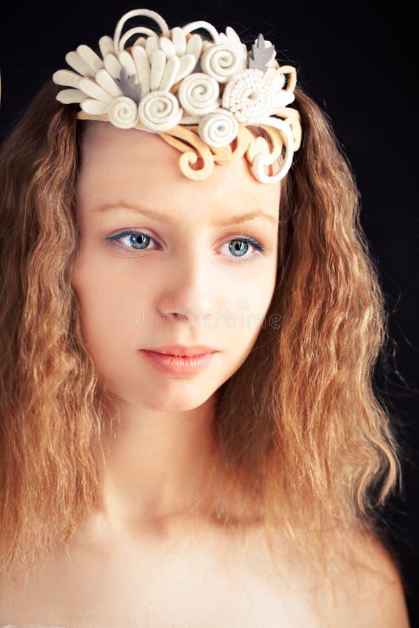 佩带手工制造毛毡装饰物的美丽的女孩 图库摄影